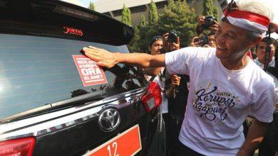 Photo of Wow! Gubernur Jateng Tempeli Mobil Dinas Pemprov Sticker 'Nek Aku Korupsi, Aku Ora Slamet'