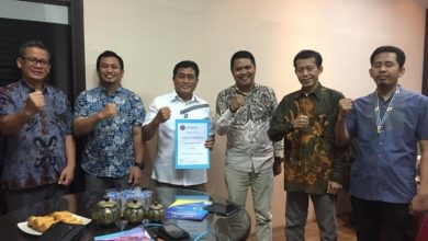 Photo of Ketua Umum Letho Serahkan SK Ketua Dewan Pembina Kepada H. Andi Idris Manggabarani